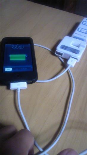 ACアダプターでiPhone3Gを充電中