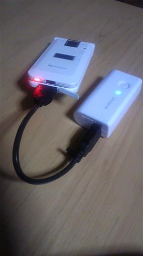 KBC-L3ASとUSBケーブルで携帯電話を充電中